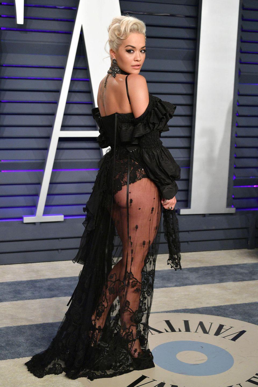 Sexy Einblicke gewährt Rita Ora im Spitzen-Look von Alexander McQueen.