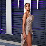 Nach der Viewing-Party geht's dann auch für Shanina Shaik noch weiter zu Vanity Fair, dahin allerdings im Glamour-Look von Maison Yeya.