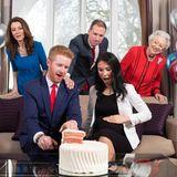 """22. Februar 2019  Ungefähr so könnte bei den britischen Royals die Babyparty von Prinz Harry und Herzogin Meghan aussehen, bei der das Geschlecht des ungeborenen Kindes verraten wird. Zumindest wenn es nach Wettanbieter """"Ladbrokes"""" geht, der mit Hilfe von Harry und Meghan Lookalikes und einer rosafarbenen Torte dieWettquoten für das Geschlecht des Babys verkündet."""