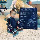 """24. Februar 2019  Chrissy Teigen postet bei Instagram ein Babyupdate ihres Sohnes Miles. Mithilfe eines niedlichen Fotos gibt sie ein paar Infos über ihren mittlerweile neun Monate alten Sohn preis. So liebe Miles, der stand heute zwei Zähne hat,vor allem drei Dinge: seine große Schwester Luna, Spielzeuge, die Musik machen können und Baden. Auch was er nicht mag weiß er ganz genau: Quinoa. Seine Lieblingslieder verrät die stolze Mama ebenfalls, am liebsten hört Miles """"Baby Shark"""" und """"Bingo"""". Beim Einschlafen helfen dann die Geschichten """"Goodnight Gorilla"""" und """"See me Bubble"""".  Familie Teigen wäre aber nicht sie selbst, wenn das niedliche Kinderfoto nicht auch noch mit einem Gag verbunden wäre ..."""