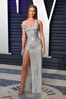 Rosie Huntington-Whiteley reißt mit ihrem Silbertraum von Atelier Versace alle vom Hocker.