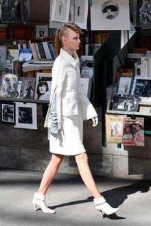 Fast noch beeindruckender ist aber Lagerfeld Detailversessenheit. Der Kiosk ist mit unzähligen Chanel-Publikationen ausgelegt.