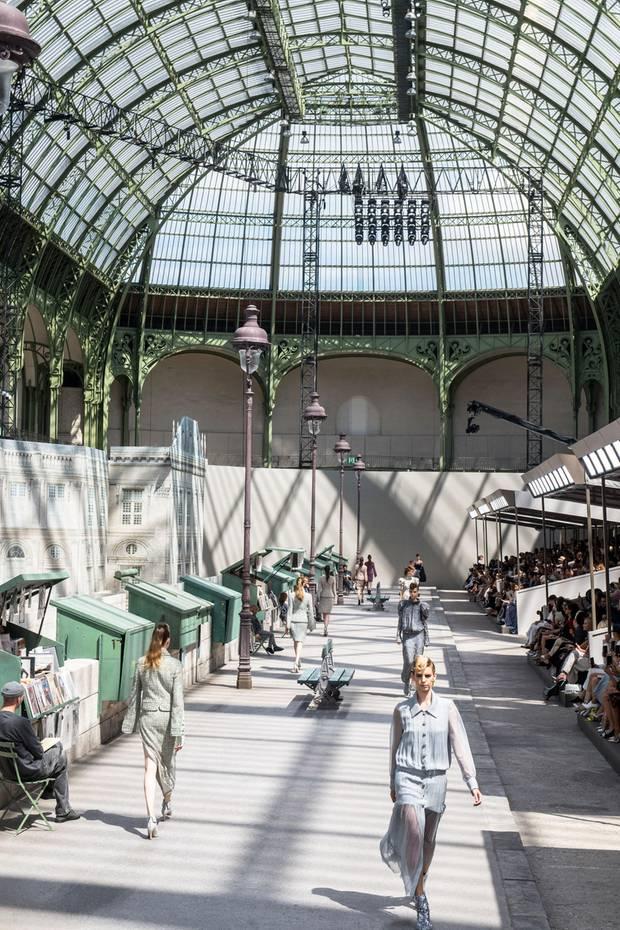 Paris in Paris! Die Haute-Couture-Models derHerbst/Winter-Kollektion 2018/19 können ganz gemütlich bei schönstem Sonnenschein einen Boulevard entlangschlendern.