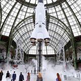 Geht ab wie eine Rakete! Mit der Prêt-à-porter-Kollektion Herbst/Winter 2017/18 will Karl Lagerfeld vom Grand Palais aus zu den Sternen fliegen.