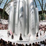 Mit dieser futuristischen Säulenkulisse beeindruckte Karl Lagerfeld dieGäste seiner Haute-Couture-Schau im Juli 2008.