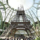Einmalig schön und überragend ist die Eiffelturm-Deko, die der Star-Designer für die Haute-Couture-Schau im Juli 2017 im Grand Palais installieren lässt.