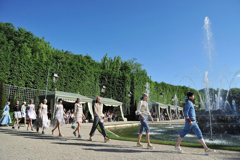 Königlich! Seine Cruise Collection 2012/13 präsentierte Karl Lagerfeld bei schönstem Sonnenschein im Garten von Versailles.