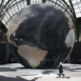 Im März 2013 wurde eine riesige Weltkugel in den Grand Palais gebracht, gegen die Karl Lagerfeld richtig klein aussieht.