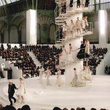 Für die Haute-Couture-Schau im Januar 2006 schickte Chanel-Designer Lagerfeld seine Models ganz hoch hinaus.