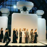 Richtig dufte war auch die Kulisse seiner herbstlichen Haute-Couture-Schau im Juli 2009. An riesigen Flakons in Form der weltberühmten Chanel-No.5-Flasche zogen damals die Models vorbei.
