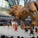 Mehr als beeindruckend war die überdimensionale Löwenskulptur, die Karl Lagerfeld für seine Haute-Couture-Schau für den Winter 2010/11 in den Grand Palais schaffen ließ, übrigens das Lieblingstier und Sternzeichen von Coco Chanel.
