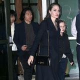 Am Abend zeigt sich Angelina Jolie dann mit ihren Kindern. Offenbar hat sich die Schauspielerin noch einmal umgezogen und sich in einen eleganteren Abendlook geworfen.