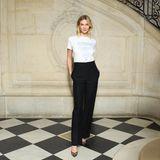 """Karlie Kloss trägt ein Shirt, das später auch auf dem Runway gezeigt wird. In hellen Buchstaben prangt der Slogan """"Sisterhood Global"""" auf ihrer Brust. Dior-Kreativdirektorin Maria Grazia Chiuri begeisterte die Modewelt zuvor schon mit ihrem """"We should all be feminists""""-Slogan."""