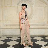 Caro Daur posiert in einer gewagten Netzkreation von Dior und mit typisch französischem Beret für die Fotografen.