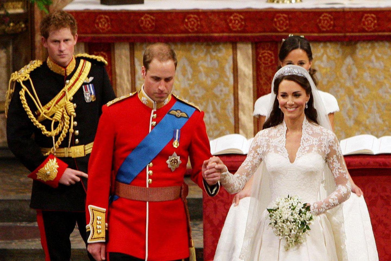 Prinz Harry schaut zu, wie sein Bruder Prinz William mit seiner Braut Kate Middleton nach dem Jawort aus der Kirche auszieht