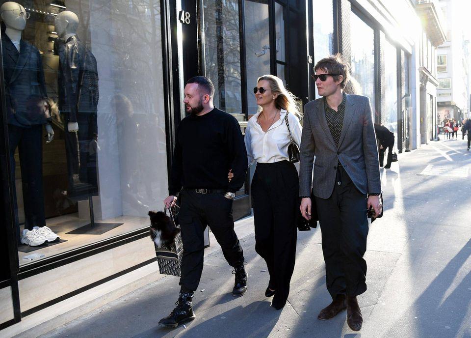 26. Februar 2019  Gemeinsamer Einkaufsbummel: Kate Moss und Nikolai von Bismarck sind mit einem Bekannten auf Shopping-Tour durch Paris.
