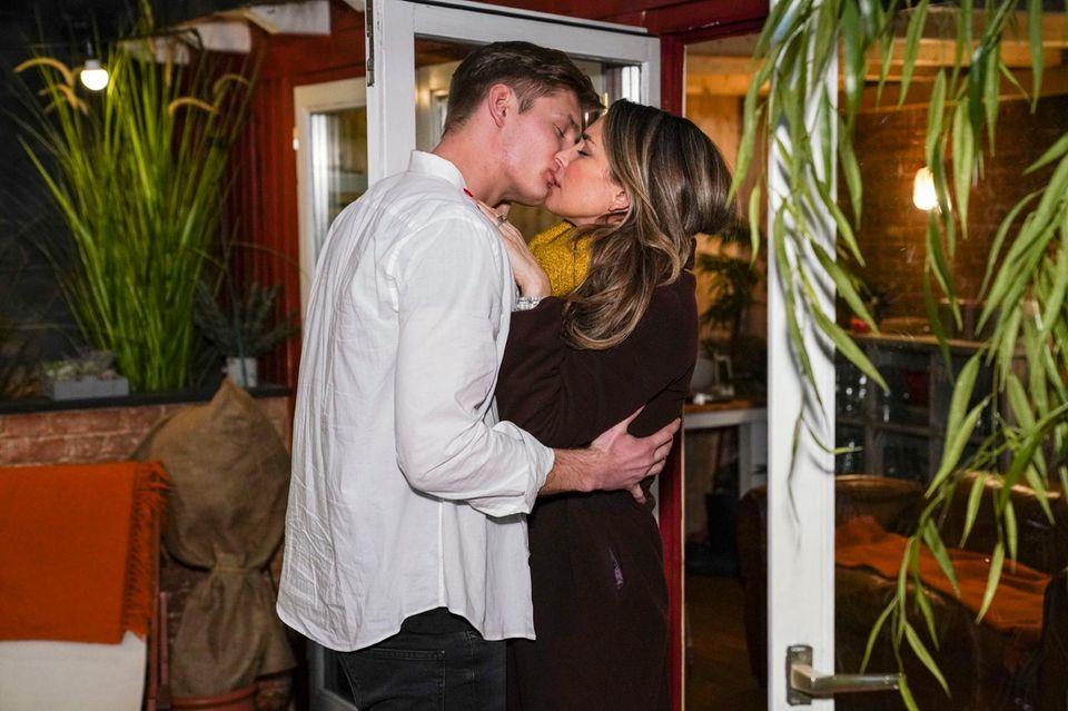 """Conor (Yannik Meyer) und Eva (Claudelle Deckert) küssen sich leidenschaftlich (""""Unter Uns"""" wird ab 17.30 Uhr montags bis freitags auf RTL ausgestrahlt)"""