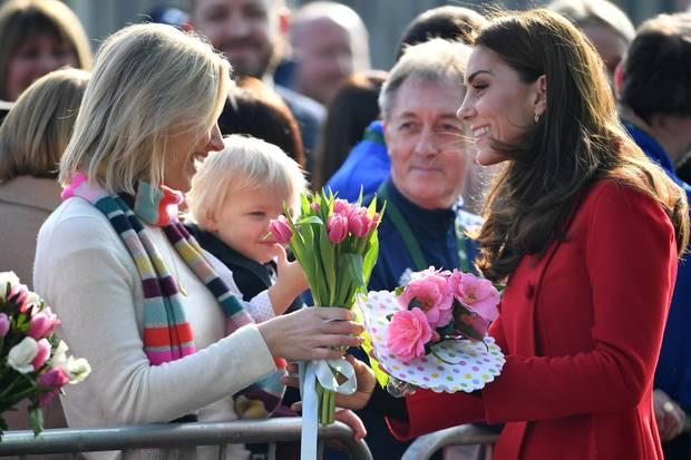 Fans überreichen Kate Blumen in Belfast