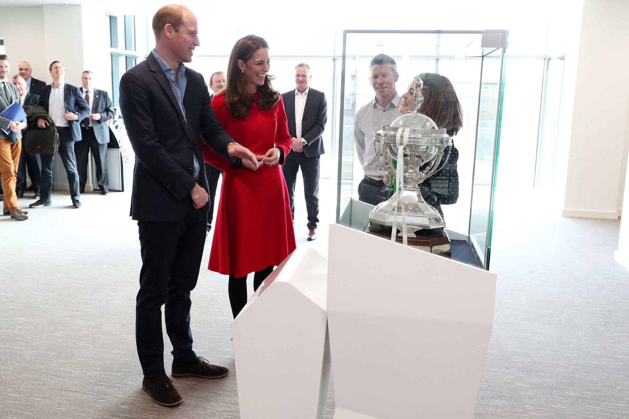 Bester Laune: Prinz William und Herzogin Catherine beim Besuch desNational Stadium in Belfast, dem Zuhause derIrischen Fußball-Association