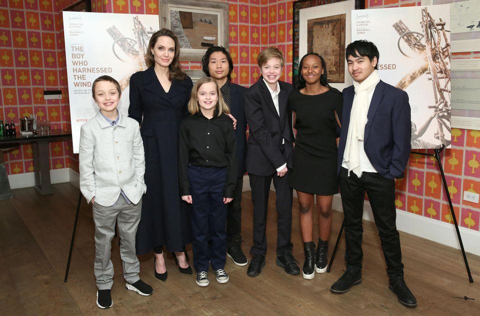 """25. Februar 2019  Angelina Jolie besucht mit allen sechs Kindern - Knox, Vivienne, Pax, Shiloh, Zahara und Maddox - das """"The Boy Who Harnessed The Wind"""" Special Screening in New York City."""