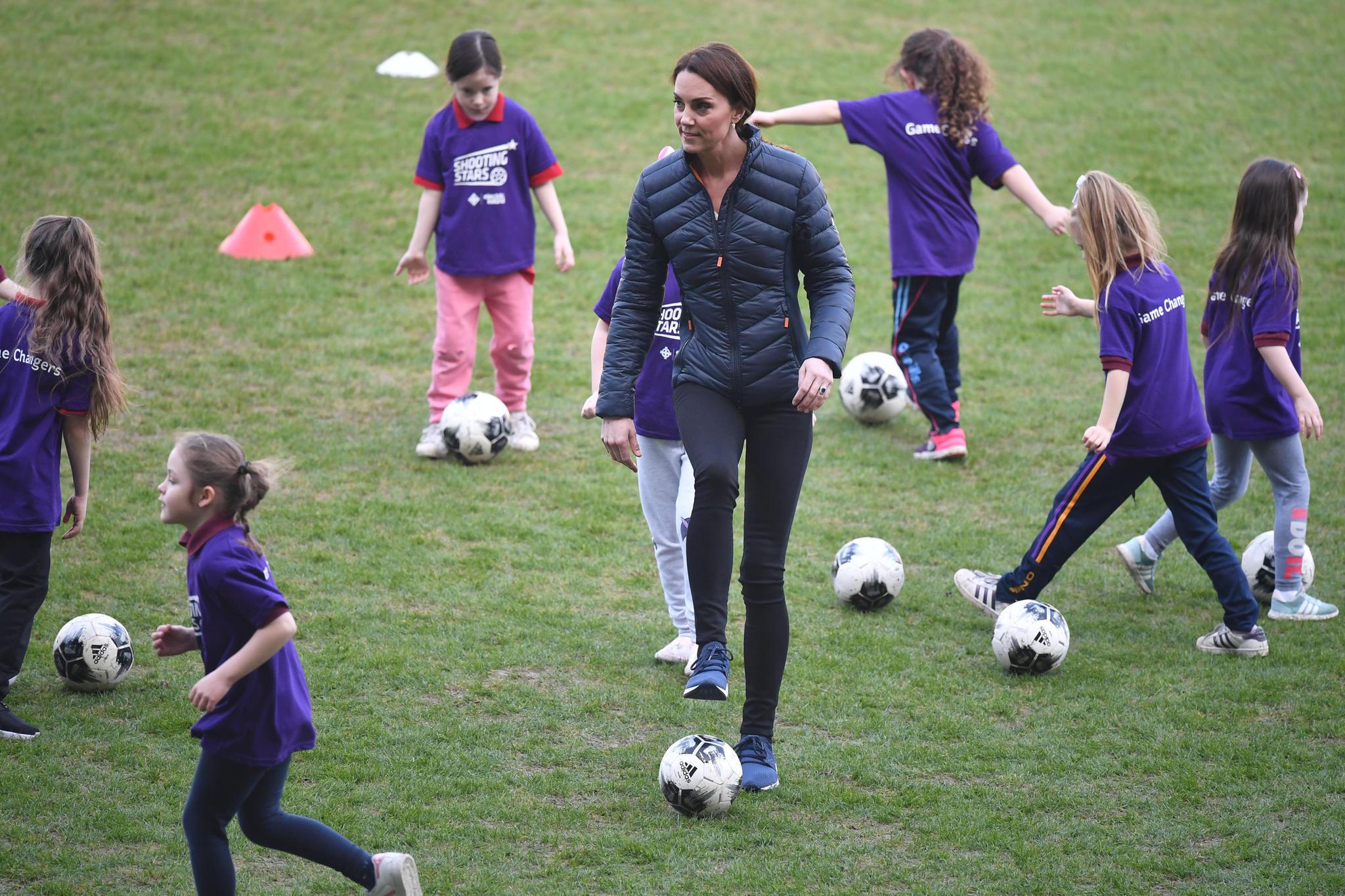 Kick it like Beckham! Kate zeigt in Belfast, was sie mit dem Fußball kann