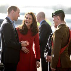 Herzogin Catherine und Prinz William sind am Mittwoch (27. Februar) nach Belfast gereist. Dort wollen sie sich vor allem mit jungen Leuten treffen, um mehr über deren Alltag in Nordirland zu erfahren. Kate scheint bester Stimmung zu sein.