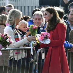 Die Herzogin von Cambridge zeigt sich wieder besonders volksnah, nimmt Blumen entgegen und unterhält sich mit den Ortseinwohnern in Belfast.