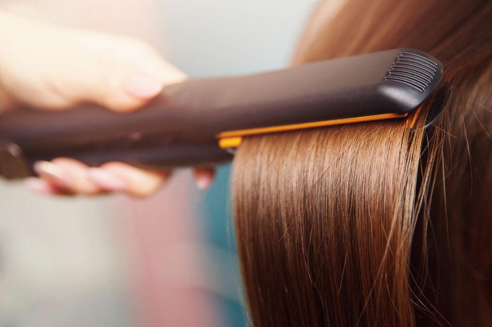 Glätteisen sollten mindestens mit einer Keramikschicht ausgestattet sein, um die Haare vor Schäden zu bewahren