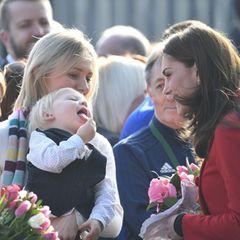 In der Menge trifft Kate auch auf einen besonders putzigen Fan. Der kleine Frechdachs streckt ihr ganz dreist die Zunge entgegen - und bringt damit die Dreifach-Mama zum Lachen.