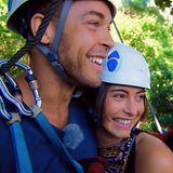 """Andrej und Jennifer bereiten sich auf ihr Zipline-Abenteuer vor: """"Hast du eigentlich Höhenangst?"""", will Andrej wissen. """"Ein bisschen"""", sagt Jenny und geht trotzdem mutig voran."""