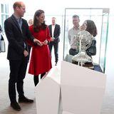 """Prinz William und Herzogin Catherine beim Besuch des """"National Stadium""""in Belfast, dem Zuhause des nordirischen Fußballverbandes. Sie begutachten einen Pokal."""