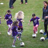 Im Fußballstadion kann Catherine ihr Fußball-Können unter Beweis stellen und spielt gemeinsam mit Mädchen auf dem Feld.