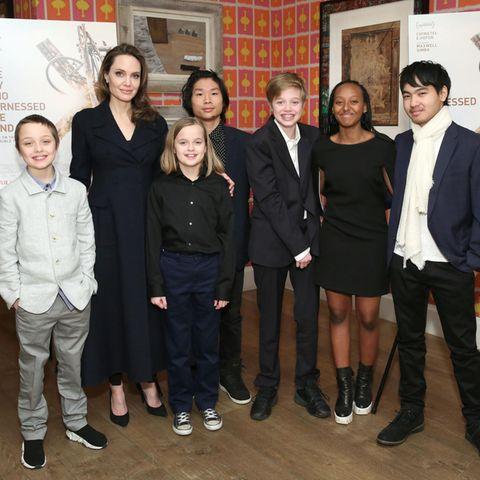 Angelina Jolie (2.v.l.) und ihre sechs Kinder Knox, Vivienne, Pax, Shiloh, Zahara und Maddox (v.l.n.r.)