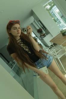 """Die Modelvilla ist so groß, dass Klaudia Giez genug Zeit für """"Me, my selfie and I"""" findet. Für die Sauberkeit im Haus sorgt übrigens eine Putzfee."""