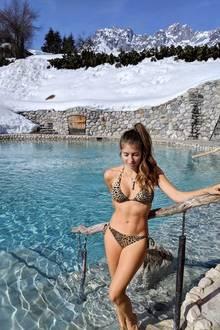 Mitten im Schnee posiert Cathy Hummels im sexy Leo-Bikini. Ein Urlaub in den Bergen macht es möglich. Doch später wird es der jungen Mutter dann doch etwas zu frisch für einen knappen Bikini ...