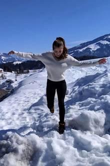 """Für einen """"Schneetanz"""" zieht sich Cathy dann doch etwas mehr an - jedoch ohne dabei das wilde Leomuster zu ersetzen. Die Frau von Mats Hummels trägt eine schwarze Hose in Kombination mit einem weißen Pullover und warmen Leo-Boots."""