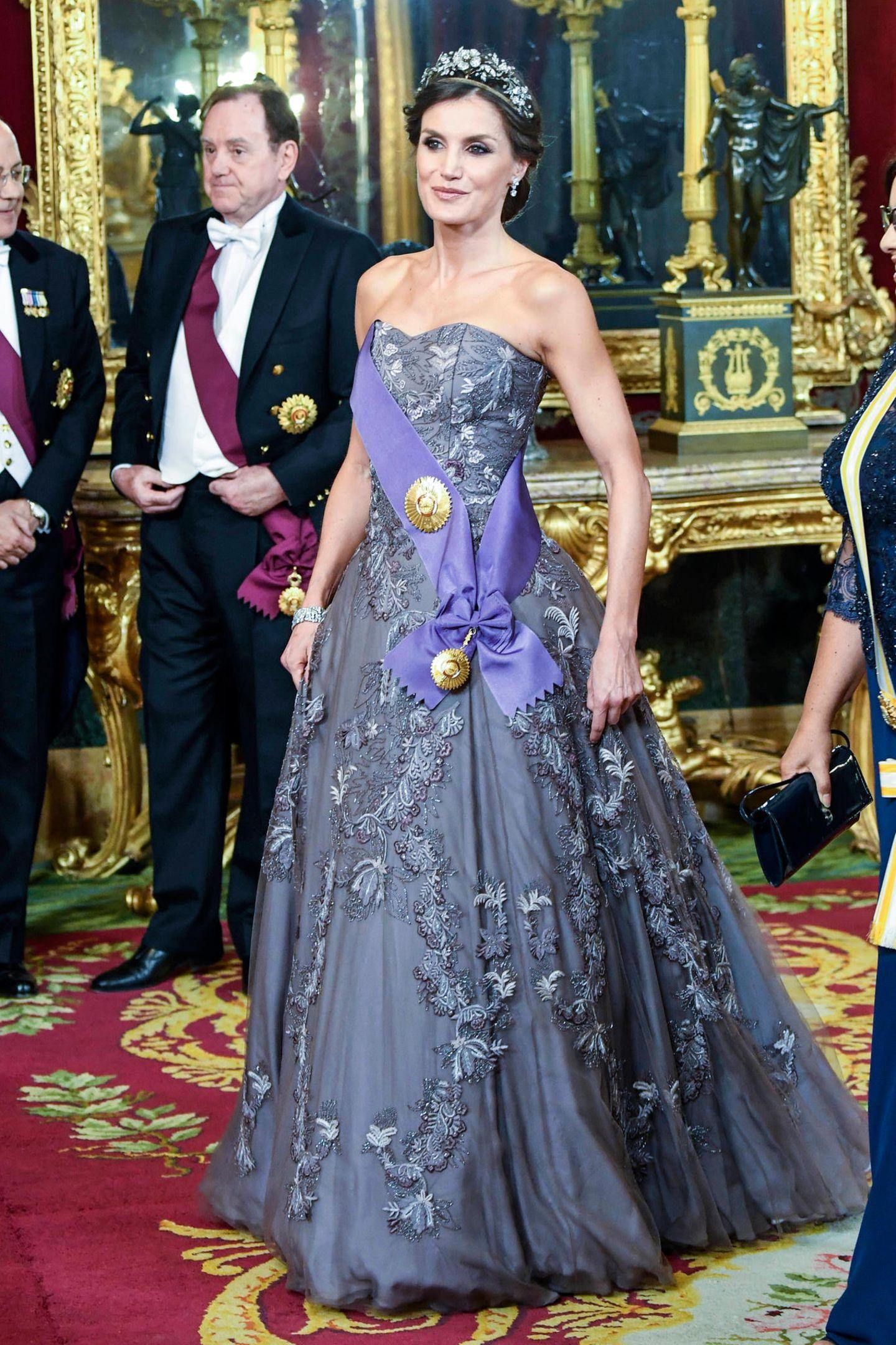 Beim Abendessen zu Ehren des peruanischen Präsidentenpaares im Pardo Palast in Madrid verzaubert Königin Letizia in königlicher Robe.
