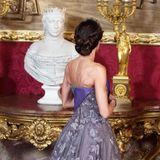 Auch von hinten verzaubert Königin Letizia in dieser fliederfarbenen Spitzen-Robe.