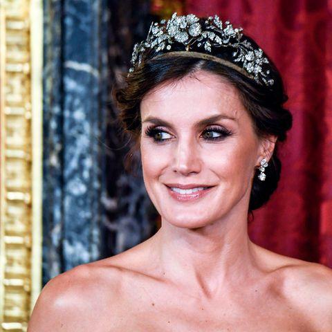 Floraler Hochkaräter: Königin Letizias filigranes Diadem rundetden Look gekonnt ab. Die Ehefrau von König Felipe hat auf eine Halskette verzichtet und damit alles richtig gemacht. Zusätzlicher Schmuck hätte nur unnötig von ihrem traumhaft schönen Kopfschmuck abgelenkt.