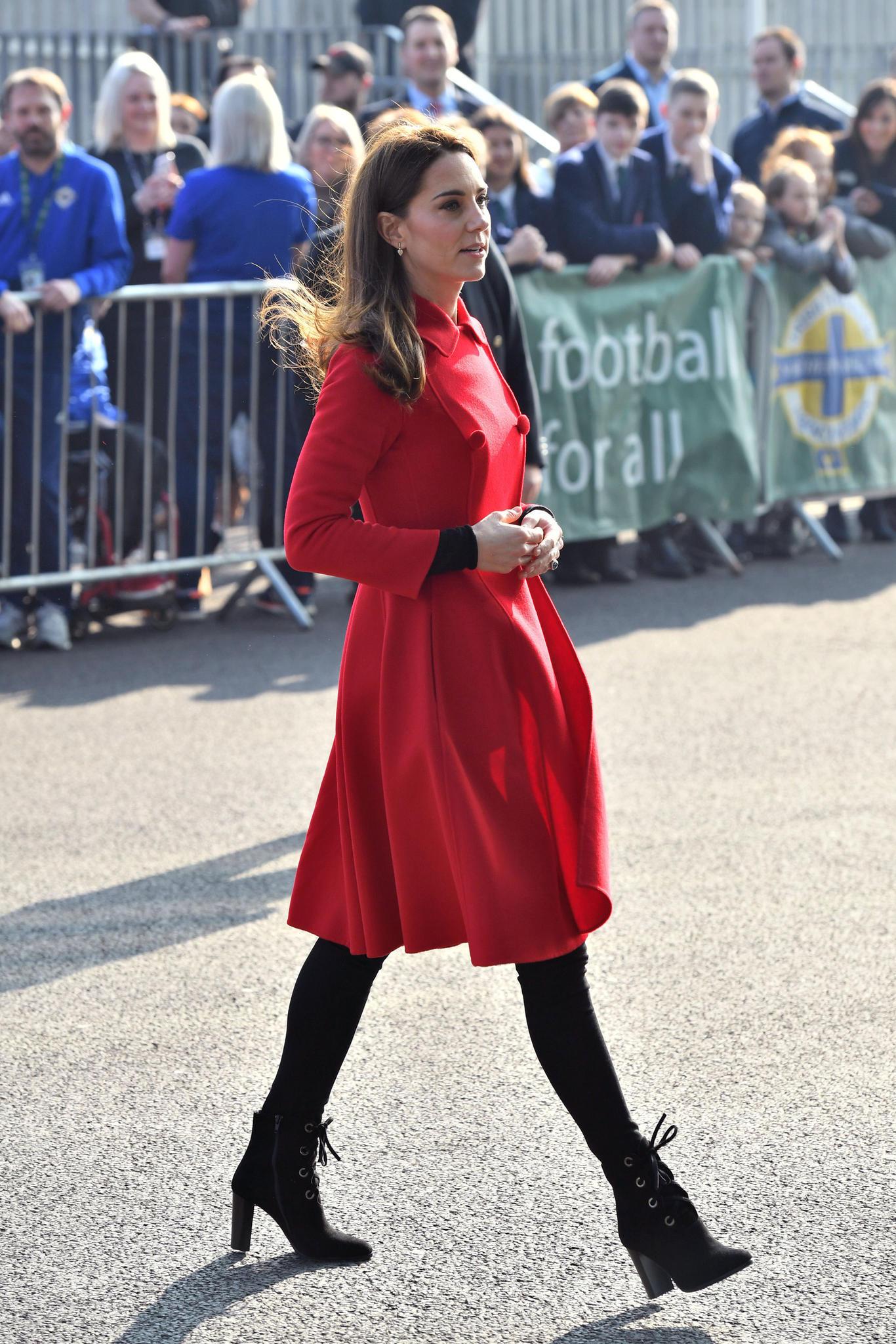 Tagsüber kommt Herzogin Catherine in Knallrot in Belfast an.