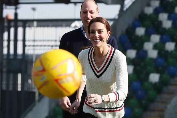 Für eine Partie Fußball wechselt die Herzogin in ein sportlicheres Outfit.