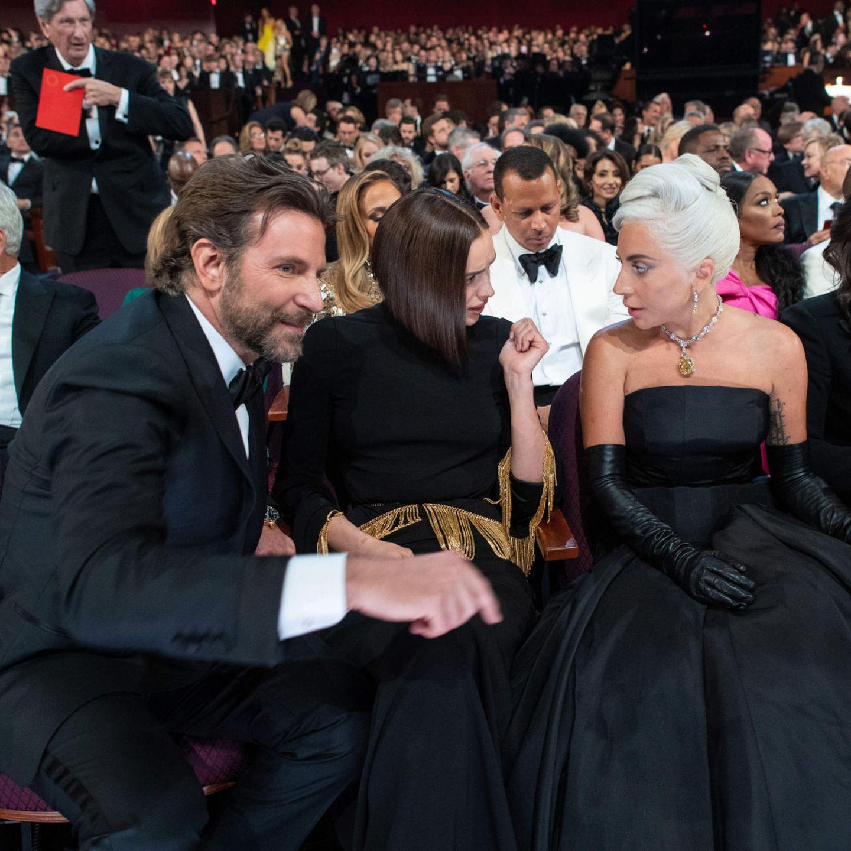 Bradley Cooper (l.) mit Freundin Irina Shayk (Mitte) und Co-Star Lady Gaga (r.) bei den Oscars 2019