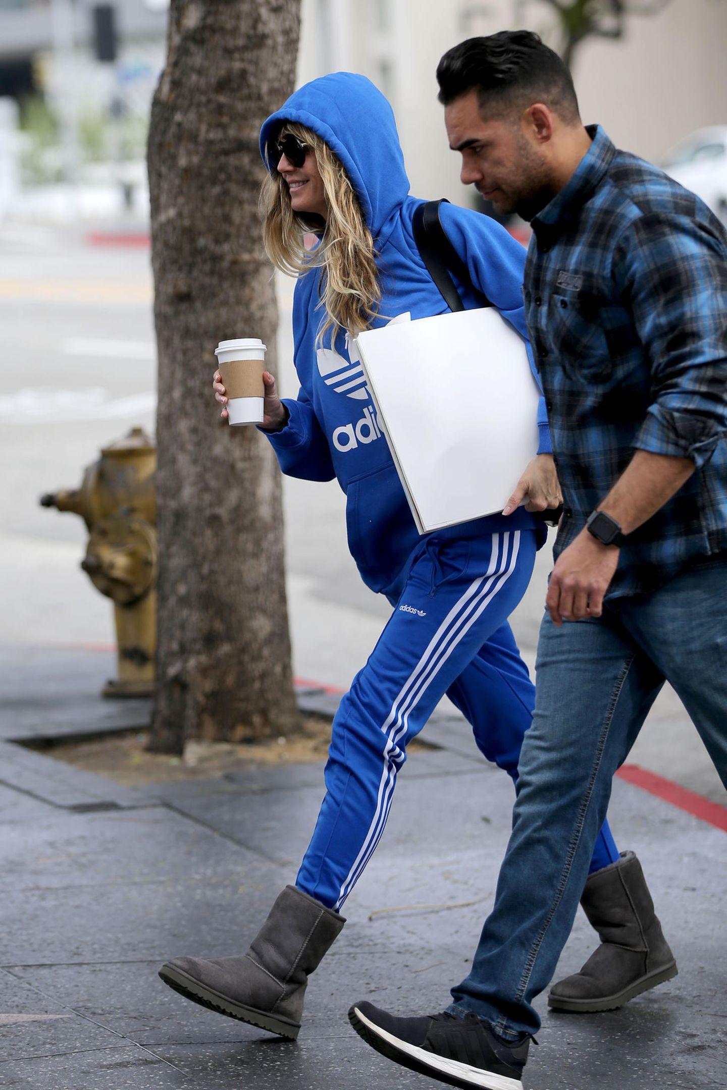Die Oscars sind vorbei, das Glamour-Dress ist ausgezogen. Heidi Klum wechselt dafür in viel gemütlichere Klamotten. Im blauen Anzug von Adidas und Ugg-Boots ist sie super leger in Los Angeles unterwegs. Hinter der großen Sonnenbrille hätte man sie so kaum erkannt.