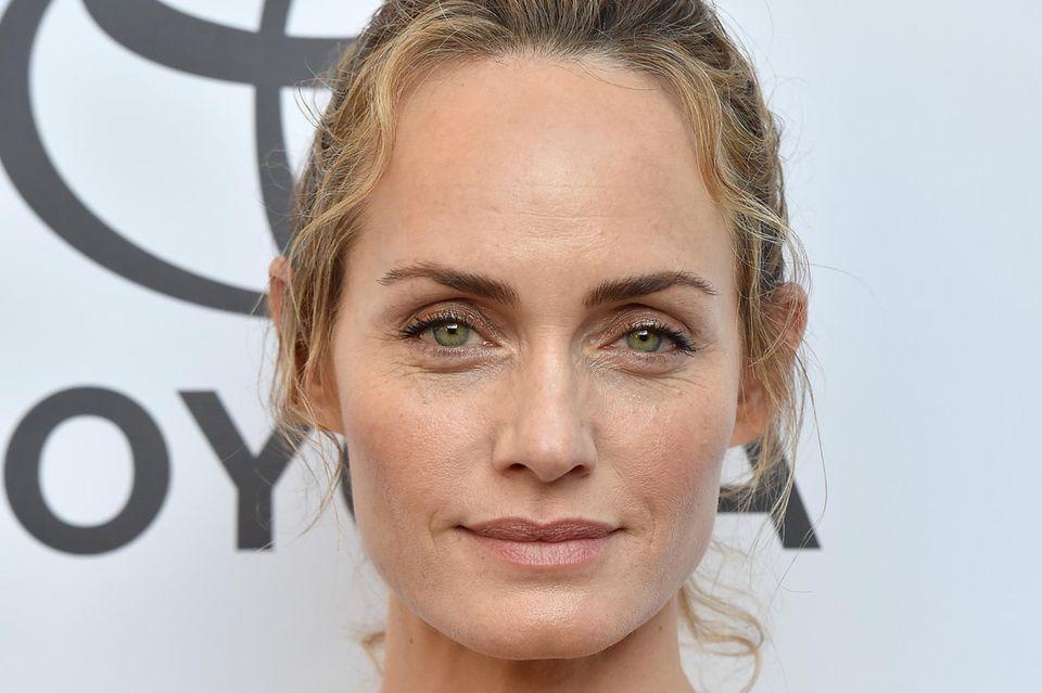 Model Amber Valettareinigt ihr Gesichtmehrmals die Woche in der richtigen Reihenfolge