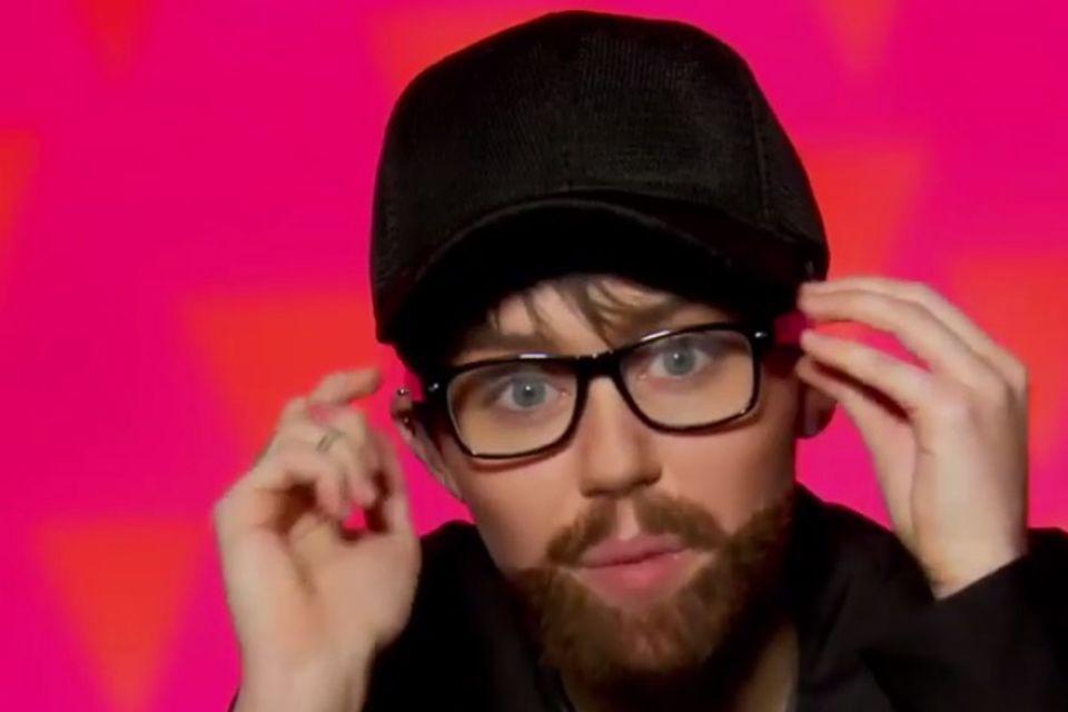 """Für die TV-Sendung """"RuPaul's Drag Race"""", in der nach Amerikas nächstem Drag-Superstar gesucht wird, klebt sich Miley Cyrus einen falschen Bart an und überrascht verkleidet als Mann die Drag-Queens."""