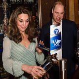 Dort beweist Herzogin Catherine Barkeeper-Talent und zapft ganz professionell ein Bier. Dafür erntet sie jede Menge Applaus.