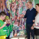 Bevor sie das Stadion verlassen, bekommen William und Catherine für ihre Kinder George, Charlotte und Louis personalisierte Trikots! Ein zuckersüßes Geschenk.