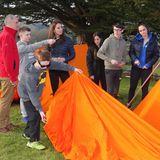 """Weiter geht es nachFermanagh. In der nordirischen Grafschaft besuchen William und Kate den """"Roscor Youth Village""""-Park. Ein Ort, an dem Kinder und Jugendliche, die unter schwierigen familiären Verhältnissen aufwachsen, ganz sorgenfrei sein und Spaß haben können.Outdoor-Aktivitäten, wie zum Beispiel das Zelten, stehen dabei im Fokus."""