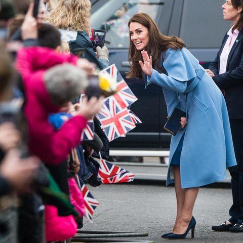 Weiter geht die Royal-Tour durch Nordirland. InBallymena treffen Herzogin Catherine und Prinz William auf einigeGratulantenvor dem Braid Arts Centre, wo sie sich über die Wohltätigkeitsorganisation Cinemagic informieren.