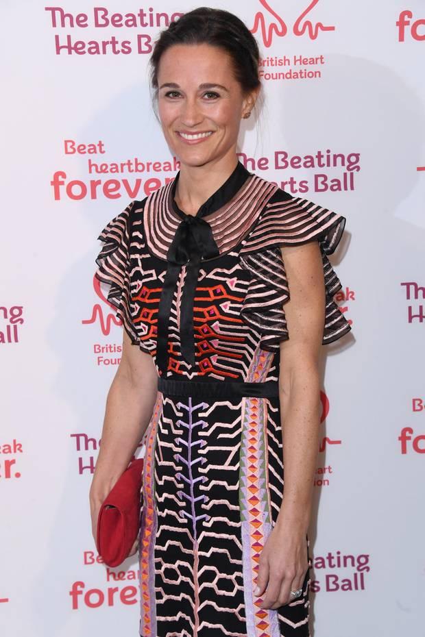 Bei ihrem ersten Red-Carpet-Auftritt nach der Geburt von Söhnchen Arthur im Oktober strahlt Pippa Middleton für die Fotografen. Ihr Haar trägt sie zurückgesteckt, das Make-up ist schlicht - ihr Kleid ist jedoch umso aufregender!